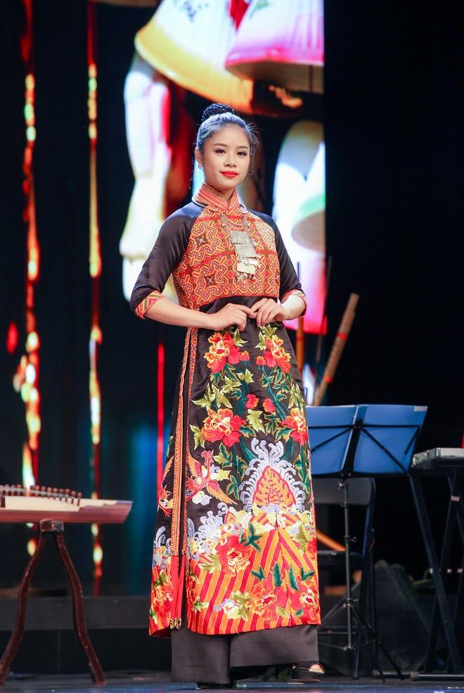 Nguoi mau Viet trinh dien ao dai tai Trung Quoc hinh anh 3