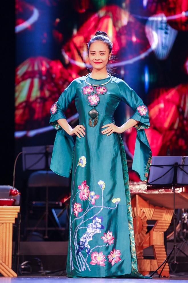 Nguoi mau Viet trinh dien ao dai tai Trung Quoc hinh anh 5