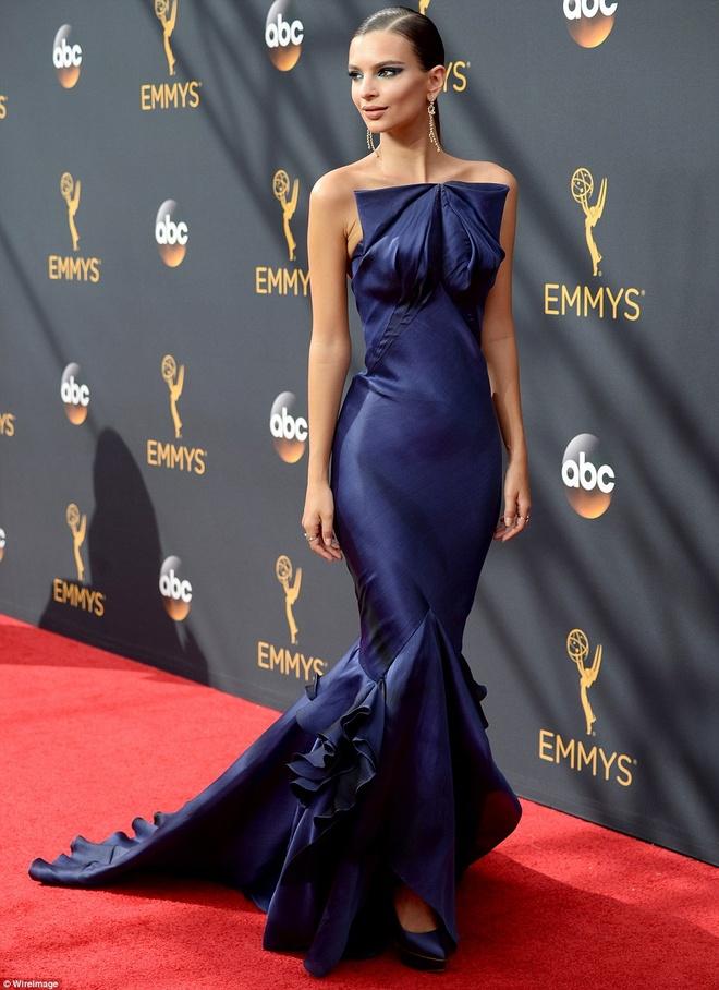 My nhan do vay ao hang hieu tren tham do Emmy 2016 hinh anh 7