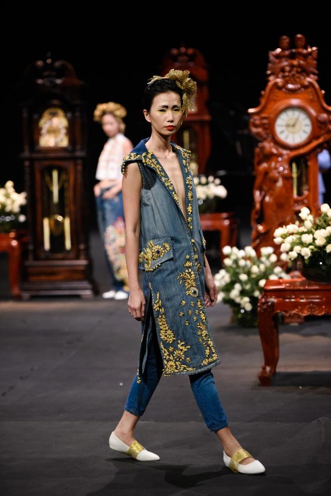 Nguoi mau mac trang phuc theu chi vang tren san dien Viet hinh anh 1