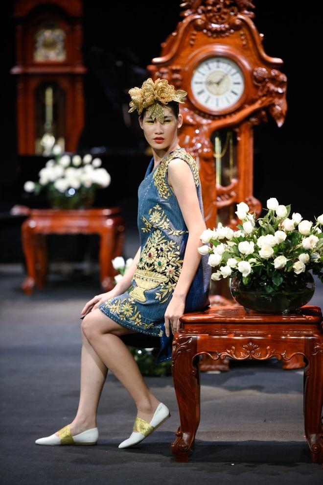 Nguoi mau mac trang phuc theu chi vang tren san dien Viet hinh anh 4