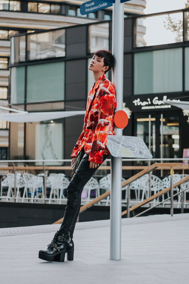 Street style ca tinh cua chan dai Viet o Milan hinh anh 4