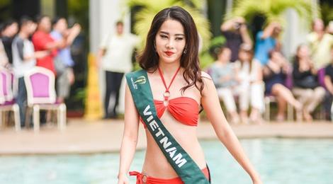 Nam Em trinh dien bikini cung thi sinh Hoa hau Trai dat hinh anh