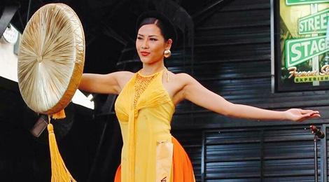 Nguyen Loan trinh dien ao tu than o Miss Grand International hinh anh