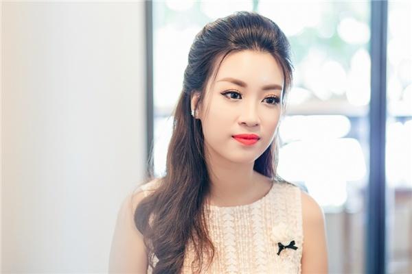 Hoa hau My Linh day dut vi chua the ve mien Trung cuu tro hinh anh