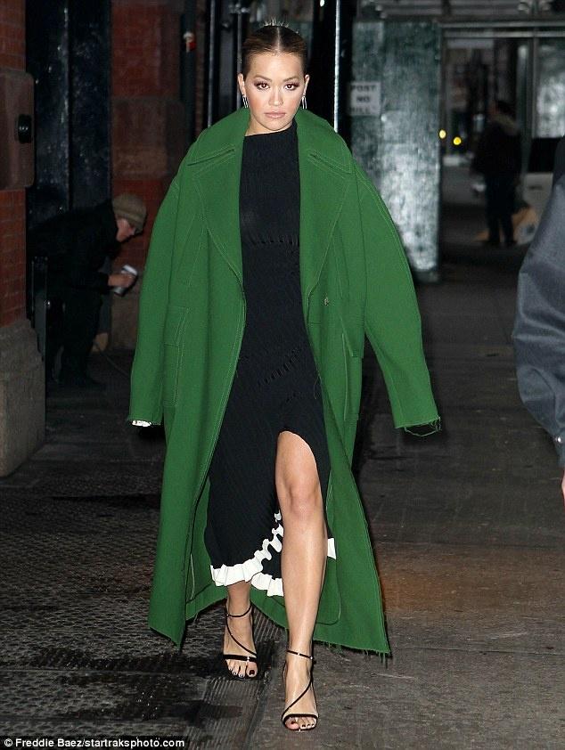Rita Ora thay 5 trang phuc sanh dieu trong mot ngay hinh anh 1