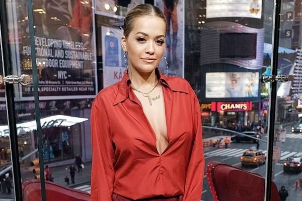 Rita Ora thay 5 trang phuc sanh dieu trong mot ngay hinh anh
