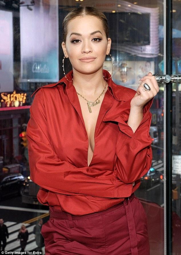 Rita Ora thay 5 trang phuc sanh dieu trong mot ngay hinh anh 2