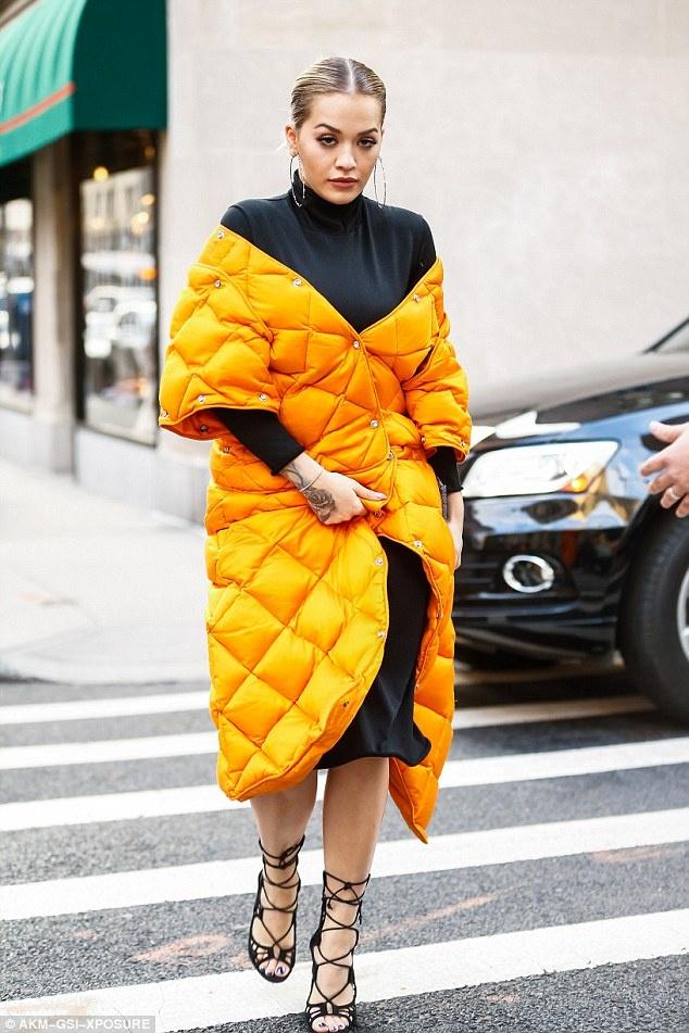 Rita Ora thay 5 trang phuc sanh dieu trong mot ngay hinh anh 4