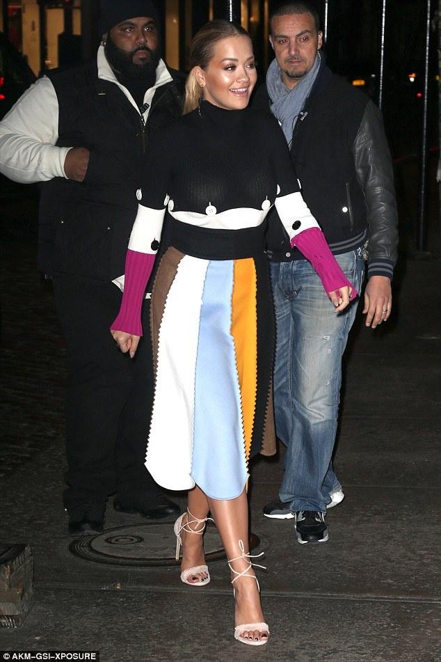 Rita Ora thay 5 trang phuc sanh dieu trong mot ngay hinh anh 6