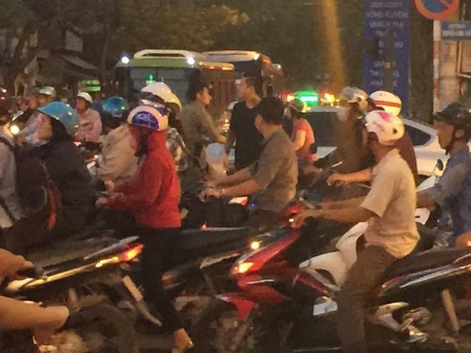 Tuan Hung khoe giai cuu tac duong tren pho Sai Gon hinh anh 2