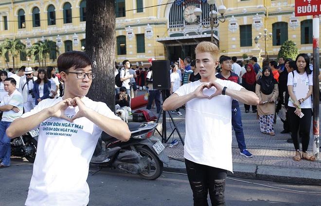 Tran Thanh, An Nguy nhay flashmob tren pho Sai Gon hinh anh 2