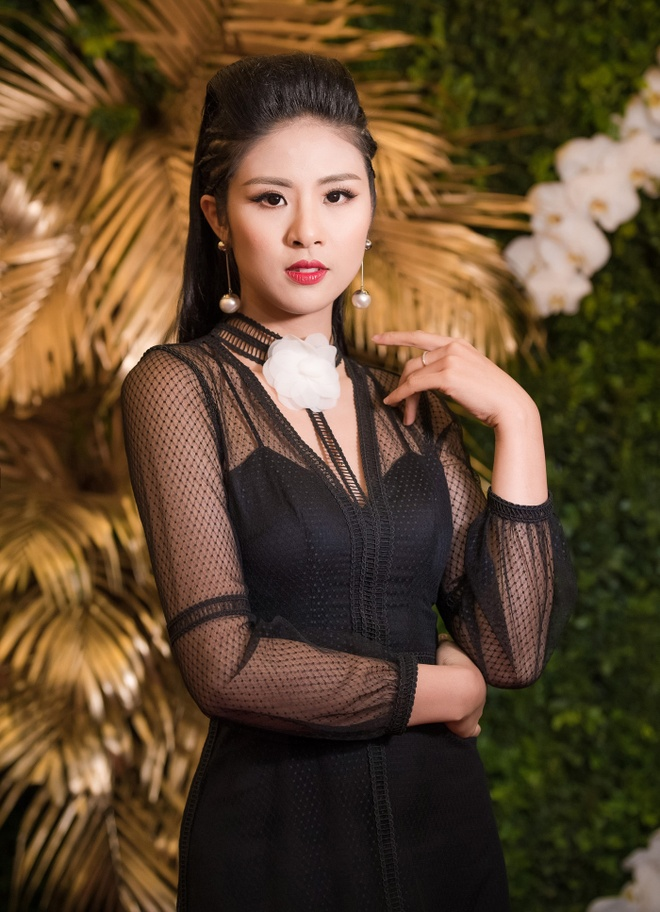Hoa hau My Linh dien vay khoe lung tran giua troi lanh hinh anh 5