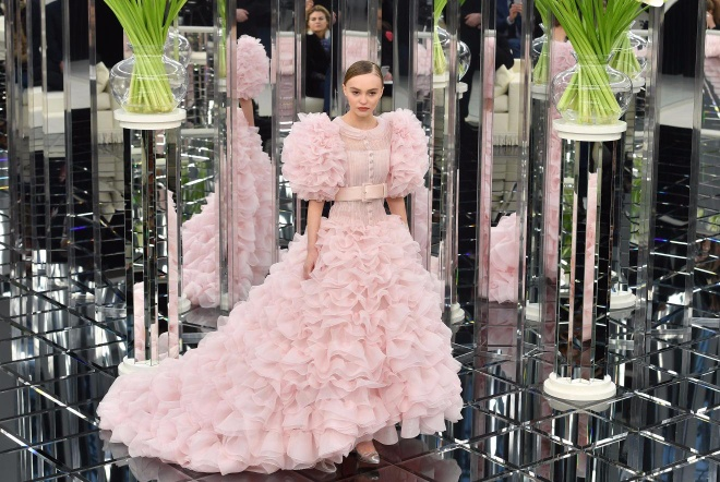 Show thoi trang xuan he 2017 xa hoa cua Chanel hinh anh