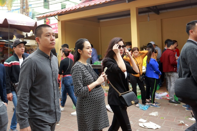 Tuan Hung dua vo bau 8 thang di le Phu Tay Ho cau an hinh anh 1