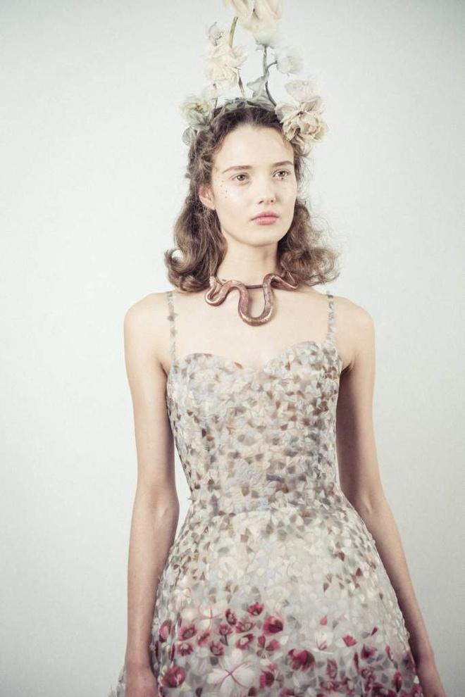 Vay ao cao cap cua Dior: 1.000 gio moi hoan thanh hinh anh 3