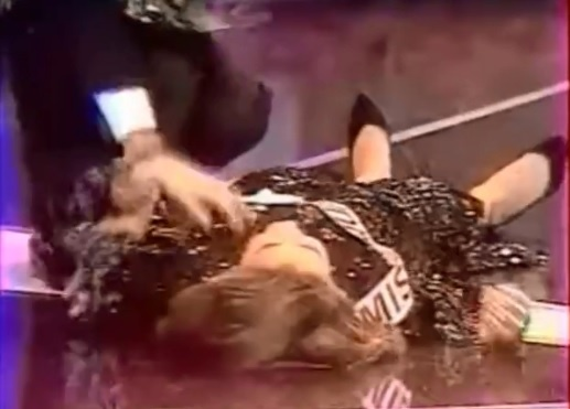 Clip Hoa hau Phap 1989 ngat xiu khi dang quang gay chu y hinh anh