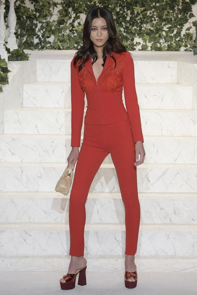 Kendall Jenner mac vay xuyen thau tren san dien New York hinh anh 6