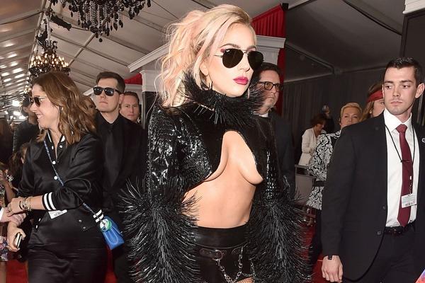 Lady Gaga, Rihanna mac tao bao tren tham do Grammy hinh anh