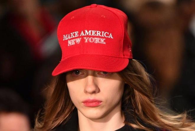 New York Fashion Week: Da kich chinh quyen Donald Trump? hinh anh