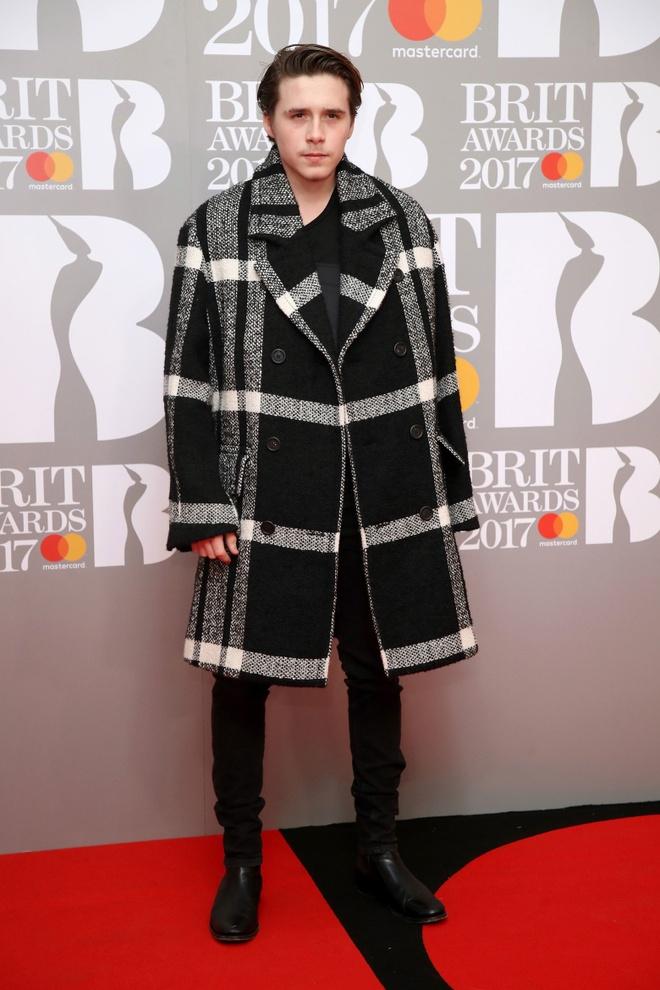 Ca si 9X gap su co vay ao tren tham do Brit Awards 2017 hinh anh 9
