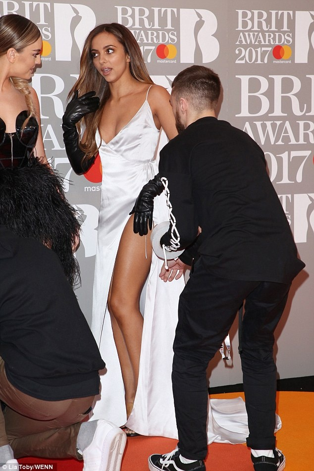 Ca si 9X gap su co vay ao tren tham do Brit Awards 2017 hinh anh 8