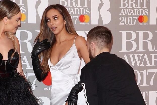 Ca si 9X gap su co vay ao tren tham do Brit Awards 2017 hinh anh