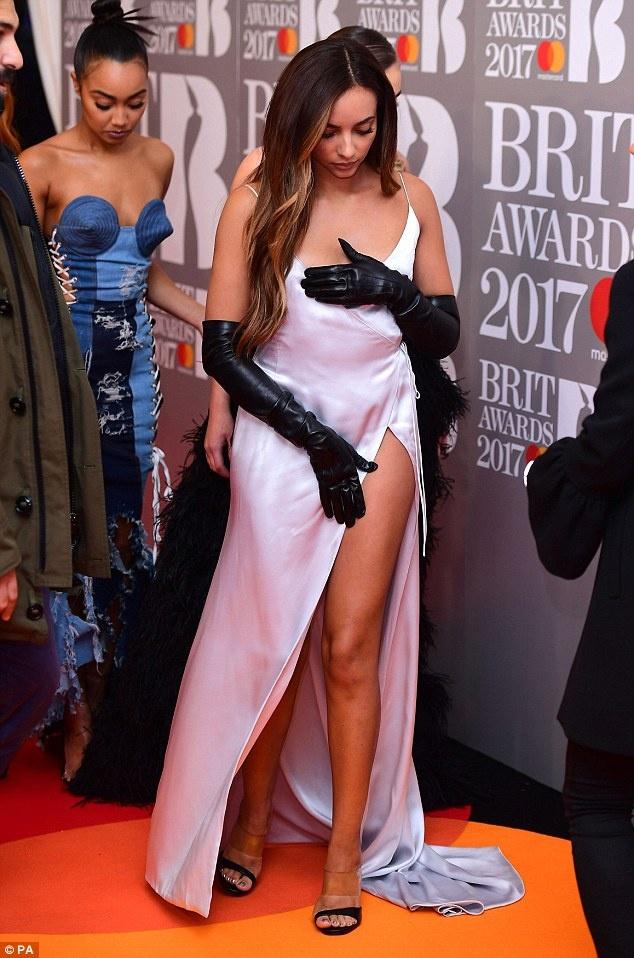 Ca si 9X gap su co vay ao tren tham do Brit Awards 2017 hinh anh 7