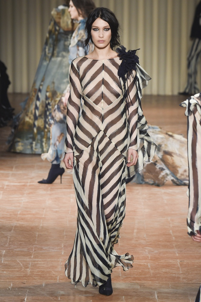 Chi em sieu mau 9X Gigi Hadid do bo Milan Fashion Week hinh anh 3