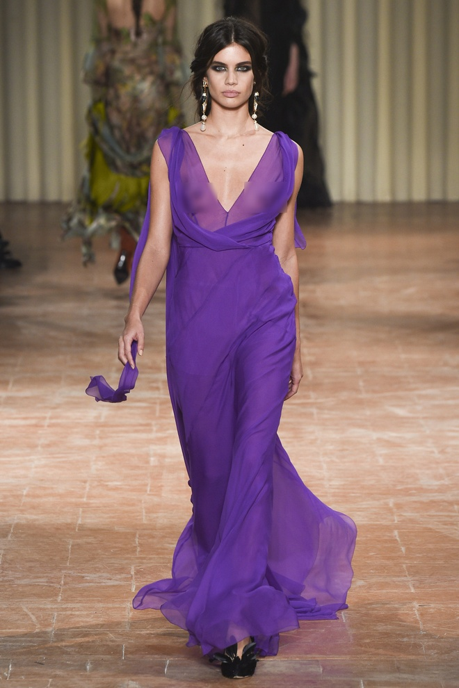 Chi em sieu mau 9X Gigi Hadid do bo Milan Fashion Week hinh anh 5