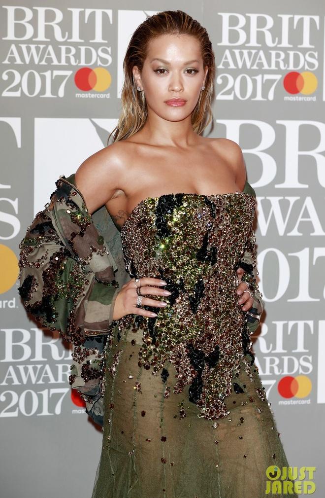 Ca si 9X gap su co vay ao tren tham do Brit Awards 2017 hinh anh 4