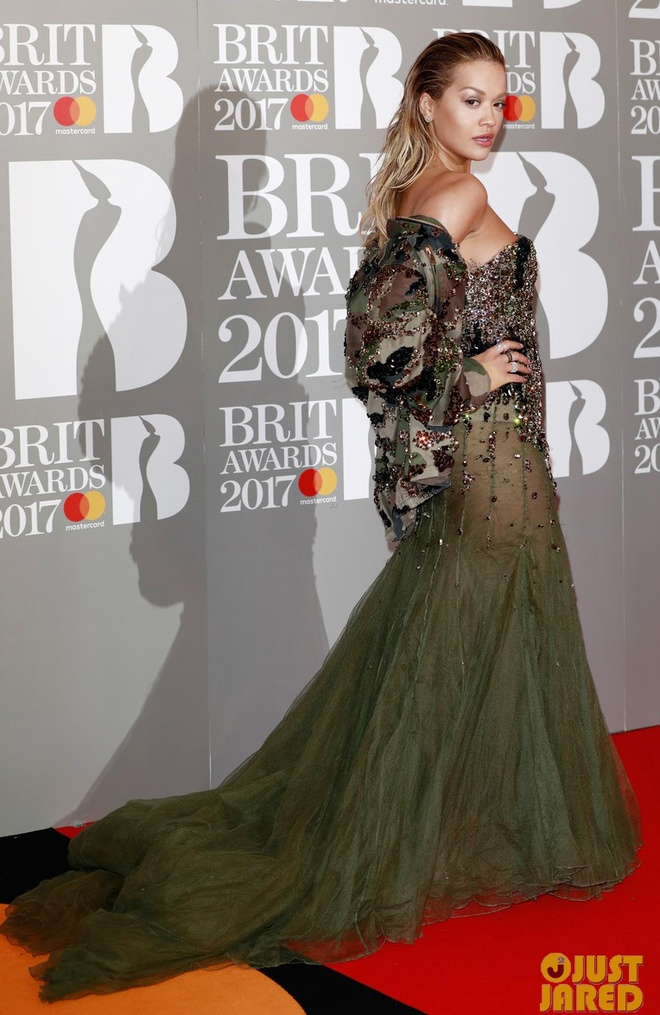 Ca si 9X gap su co vay ao tren tham do Brit Awards 2017 hinh anh 3