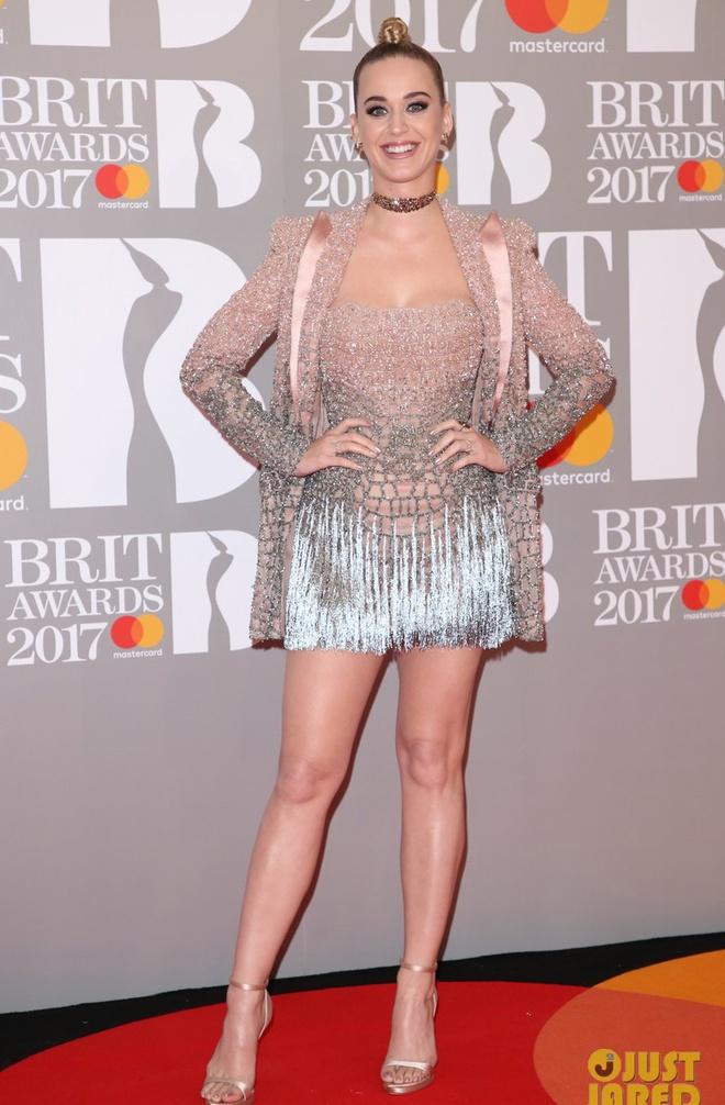 Ca si 9X gap su co vay ao tren tham do Brit Awards 2017 hinh anh 1