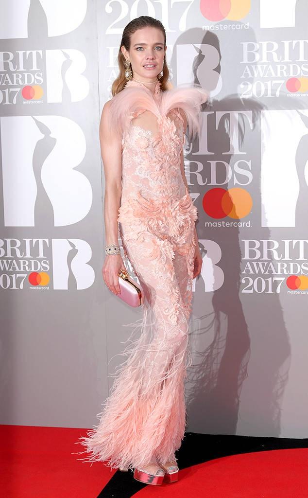 Ca si 9X gap su co vay ao tren tham do Brit Awards 2017 hinh anh 11