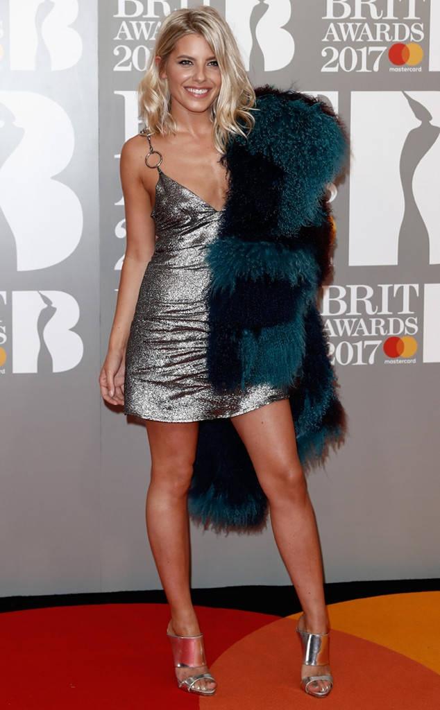 Ca si 9X gap su co vay ao tren tham do Brit Awards 2017 hinh anh 12