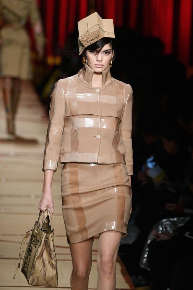 Nguoi mau mac rac thai trinh dien o Milan Fashion Week hinh anh 1