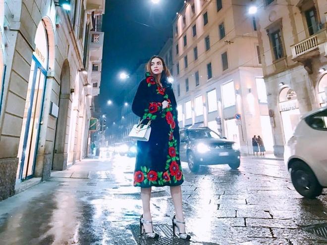 Boc gia vay ao hang hieu Ho Ngoc Ha mac o Milan Fashion Week hinh anh 1