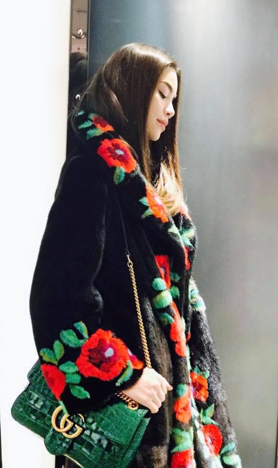 Boc gia vay ao hang hieu Ho Ngoc Ha mac o Milan Fashion Week hinh anh 2