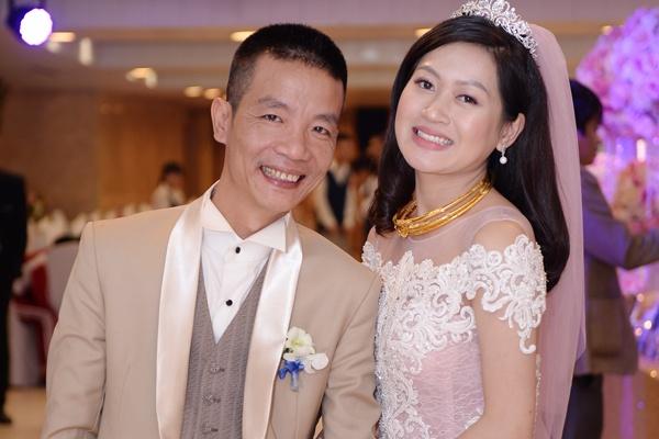 Nhac si Nguyen Vinh Tien va vo 9X rang ro trong tiec cuoi hinh anh