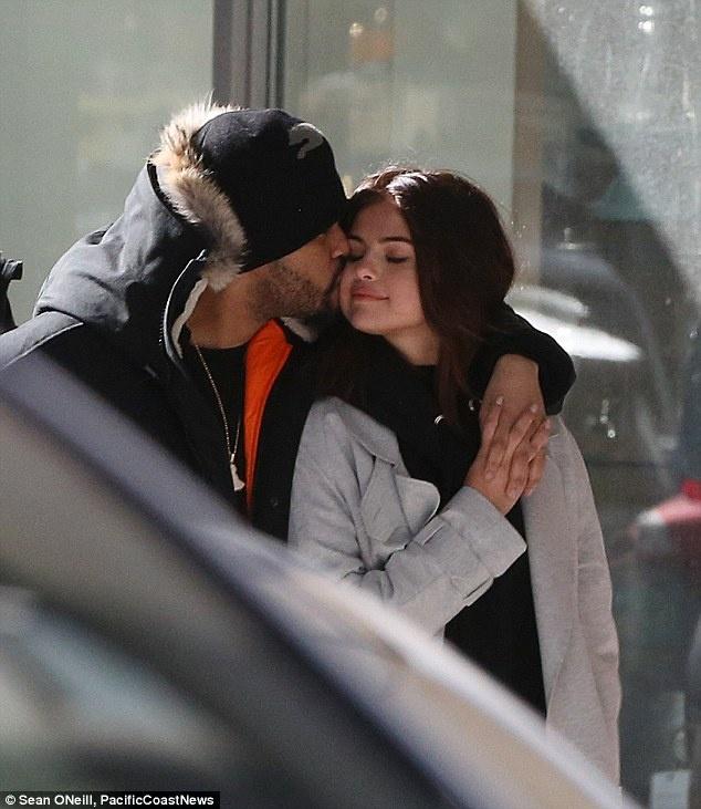 Selena Gomez mac ao dai luot thuot, khac xa ve goi cam tren tap chi hinh anh 4
