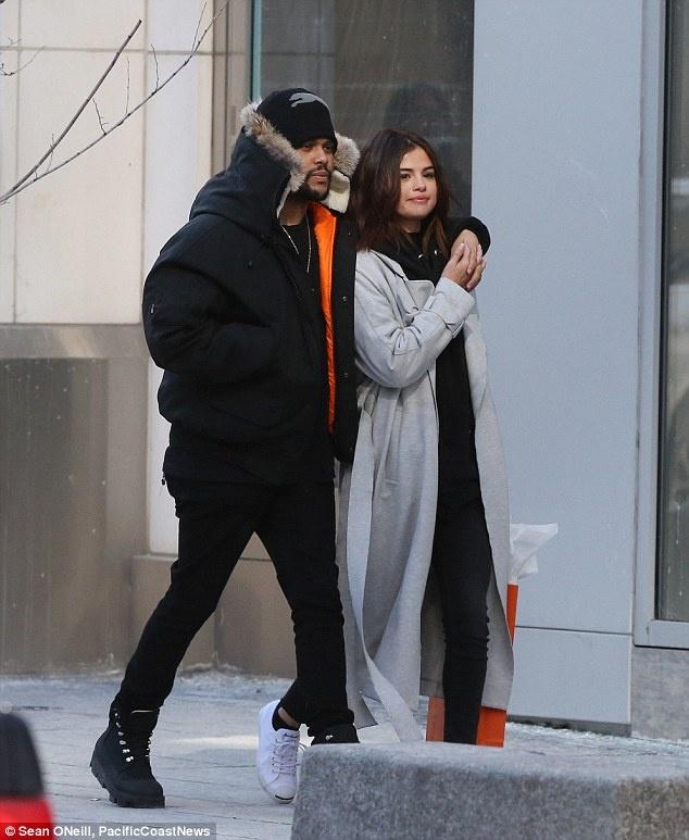 Selena Gomez mac ao dai luot thuot, khac xa ve goi cam tren tap chi hinh anh 6