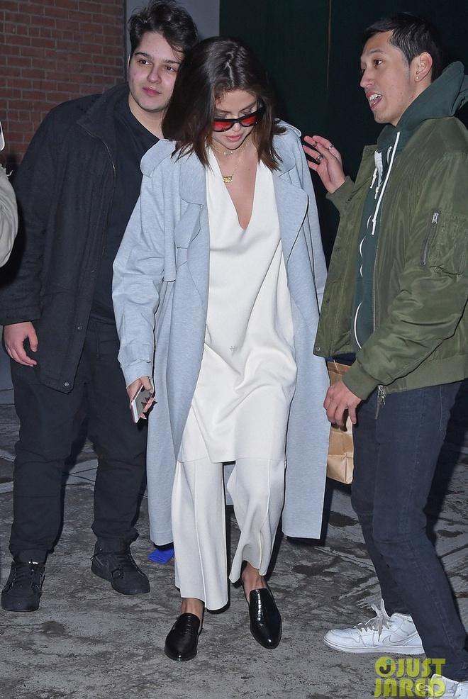 Selena Gomez mac ao dai luot thuot, khac xa ve goi cam tren tap chi hinh anh 2