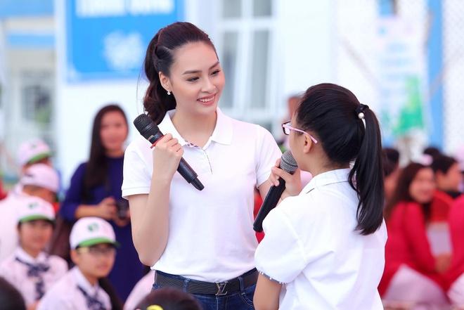 Hoa hau Bien Thuy Trang duoc hoc sinh vay kin o Vinh Yen hinh anh