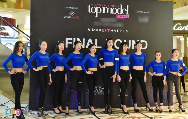 10 thí sinh được vào vòng chung kết là những gương mặt được bình chọn nhiều  nhất. Vì thế, chiều cao cũng như độ tuổi của các cô gái chênh lệch khá ...