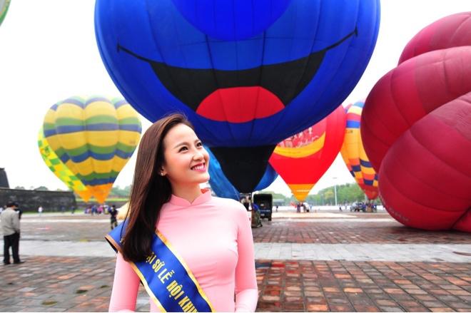 Hoa khoi Khanh Ngan mac ao dai duyen dang o Hue hinh anh 1