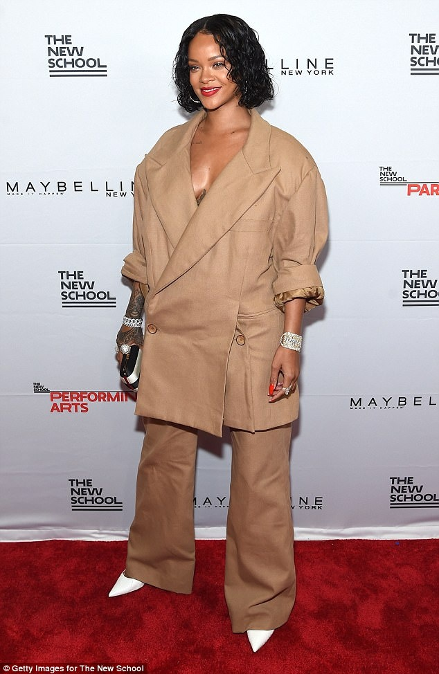Rihanna mac nhu chu lun tren pho New York hinh anh 4