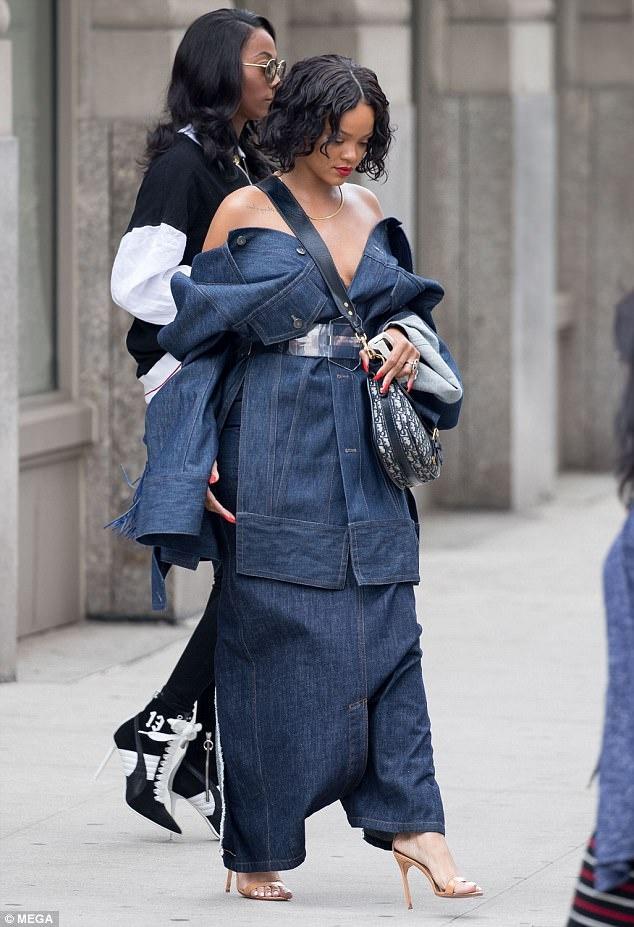 Rihanna mac nhu chu lun tren pho New York hinh anh 3