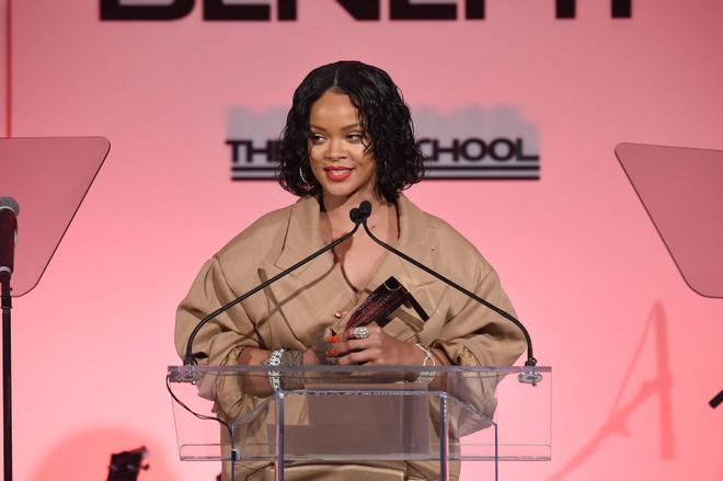 Rihanna mac nhu chu lun tren pho New York hinh anh 5