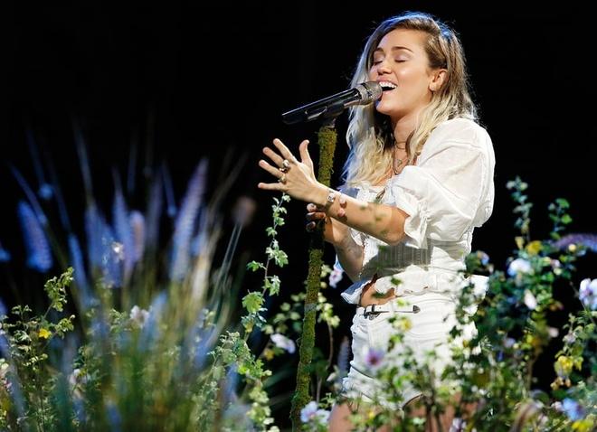 Miley Cyrus diu dang sau nhung ngay noi loan hinh anh 11