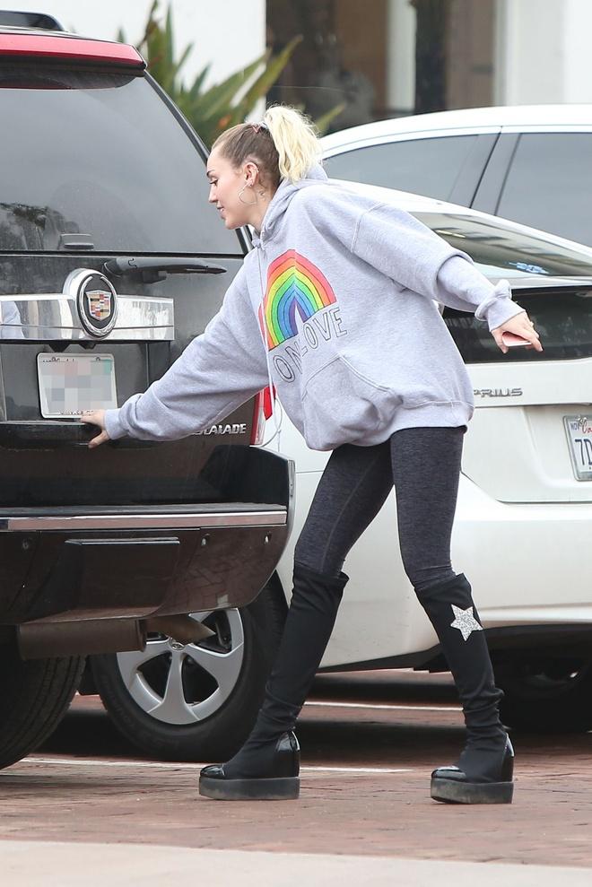 Miley Cyrus diu dang sau nhung ngay noi loan hinh anh 9